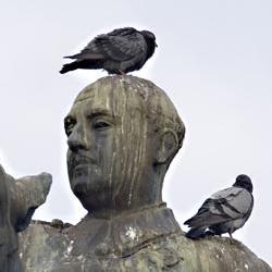 Santader retira una estatua de Franco