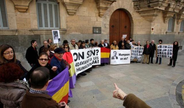 Los convocados por la Asociación para la Memoria Histórica se concentraron ayer ante la Audiencia Provincial. (Foto: Lorenzo. )